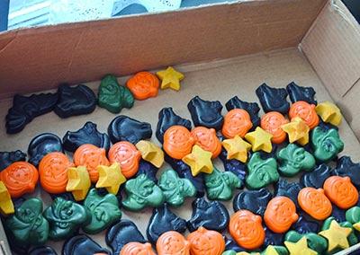 310 Halloween crayon sets