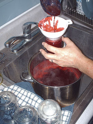 479A filling a jar with jam